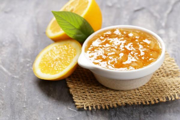 На фото Джем из апельсинов и лимонов