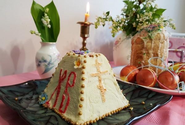 На фото Заварная творожная пасха с сухофруктами и орехами
