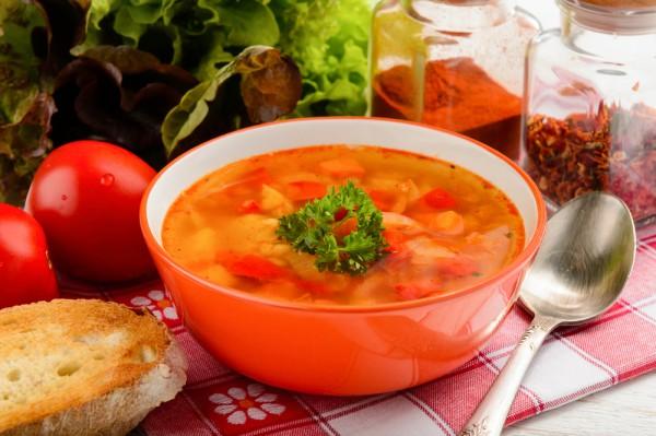 На фото Постный томатный суп с чечевицей и овощами