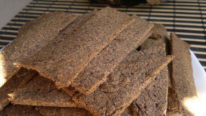 На фото Гречнево-льняные хлебцы